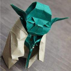 origami yoda    and here is how http://www.taringa.net/posts/arte/14849314/origami-instrucciones_-cangrejo-_-viuda-negra-y-maestro-yoda.html