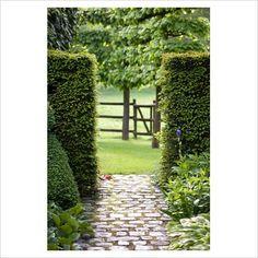 Passage through the hedging, De Romantische tuin - The Romantic Garden of Dina Deferme and Tony Pirotte