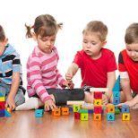 Es sabido que cuando los niños juegan interactivamente con otros chicos o adultos y sus juguetes, se aumentan sus capacidades de aprendizaje en cuanto a las formas, los colores y las texturas, al
