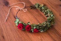 Corona verde con rosas rojas.