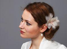 Zarte Federnblüte Perlhuhn helles taupe creme rose von Billies goes Jazzafine auf DaWanda.com 42 EUR