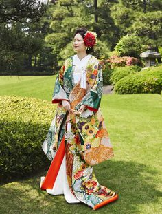 晴れの日にまとう艶やかな色打掛 | Traditional Wedding Attire, Traditional Dresses, Japanese Party, Geisha, Wedding Kimono, Japanese Outfits, Japanese Kimono, Asian Fashion, Bridal Dresses