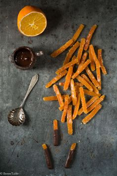 Candied orange peel dipped in dark chocolate Chocolate Bark, Chocolate Orange, Chocolate Desserts, Chocolate Covered, Fruit Recipes, Sweet Recipes, Orange Confit, Candied Orange Peel, Thermomix Desserts