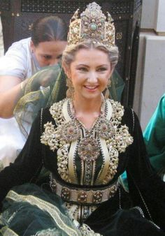 A beautiful Moroccan bride wearing Moroccan caftan and jewellery Moroccan Bride, Moroccan Wedding, Moroccan Caftan, Style Marocain, Wedding Necklace Set, Moroccan Jewelry, Wedding Headdress, Arab Fashion, International Style