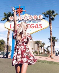 Be sure to stop and take pictures s in front of the iconic Las Vegas Sign. Bucket List for Your First Trip to Las Vegas Las Vegas Sign, Las Vegas Vacation, Las Vegas Outfit, Las Vegas Fashion, Las Vegas Pictures, Foto Pose, Utah, Travel Usa, Orlando