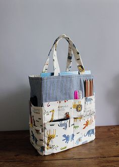 Find out step by step how you can . Learn step by step how to make a beautiful fabric bag with many pockets. Small Sewing Projects, Sewing Crafts, Diy Crafts, Sacs Tote Bags, Diy Handbag, Art Bag, Patchwork Bags, Bag Patterns To Sew, Fabric Bags