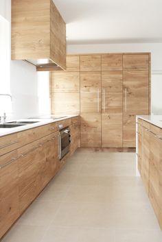 Meubles de cuisine en chêne tri-pli à nœuds, plan Quartz Blanco, four 90cm Gaggenau, évier Dornbracht, hotte Novy, réfrigérateur, cellier