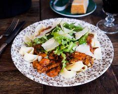 Bestrooi de wildzwijn nek met peper en zout. Bak het vlees in wat olie bruin en voeg dan de kruiden toe met de ui, de knoflook, de wortel en de bleekselderij. Zet het vuur laag en bak de groenten in 5 minuten zacht. Doe de rode wijn erbij en laat alles pruttelen tot het vocht … Gourmet Recipes, Healthy Recipes, Linguine, Fennel, Fish And Seafood, Easy Cooking, Food Print, Tomatoes