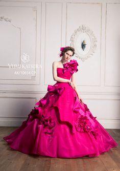 AK-10654(ピンク) - 桂由美 カラードレス - お花とボウを絶妙なバランスでドレスにあしらい、立体感のあるドレスに仕上げました。 数ある花の中でも華やかで品位のあるバラ、ユリ、ラン、カラーをパターンテクニックで再現し、ボウと共のドレスにデコレートしたユミカツラらしいデザインです。 シルクシャンタンと交織サテンを二枚合わせにした贅沢な素材使いの花々が、立体的