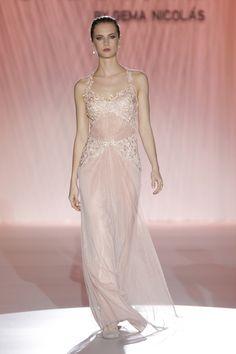 El rosa empolvado es uno de los colores de la temporada y aporta romanticismo y delicadeza los trajes