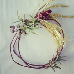 Put away the tinsel and give these simple and impossibly chic homemade wreaths a whirl Christmas Reef, Aussie Christmas, Australian Christmas, Christmas Time, Flower Crafts, Diy Flowers, Flower Ideas, Bunting, Australian Native Flowers