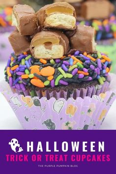 These Trick or Treat Cupcakes are topped with pieces of Twix candy bar and such a fun cupcake to make! They'd be awesome to serve at a Halloween party, but also as a way to use up any leftover candy. So grab the cake mix, sprinkles, and chocolate bars, and let's get baking! #HalloweenCupcakes #ThePurplePumpkinBlog #HalloweenRecipes Halloween Cupcakes, Halloween Pumpkins, Halloween Party, Frosting Tips, Cupcake Frosting, Chocolate Cake Mixes, Chocolate Bars, Cake Mix Ingredients, Black Food Coloring