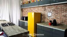 """Saiba como decorar um ambiente de maneira prática e rápida sem gastar muito! Terceiro episódio da série """"PROJETO CRIATIVO"""" A Imprimax forneceu espaço e materiais para que arquitetos e design de interiores esbanjassem sua criatividade, mostrando as possibilidades da utilização de vinil autoadesivos na decoração. Veja o projeto criado pela arquiteta e urbanista JANAINA BARBOSA E Design, Divider, Room, Furniture, Home Decor, Architects, Environment, Creativity, Log Projects"""