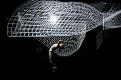 Un imponente performance que pone a un bailarín a alterar un cubo de luz