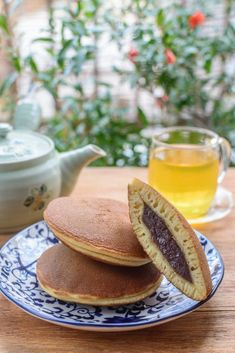 Next, we have the dorayaki (どら焼き) which has a traditional Japanese flavor and is a type of wagashi (和菓子, traditional Japanese sweet) that has azuki red bean paste (sweetened) in between 2 castella sponge cake. Japanese Pancake, Japanese Dishes, Japanese Food, Japanese Sweet, Traditional Japanese, Dorayaki Receta, Rice Cooker Pancake, Classic Pancake Recipe, Japan