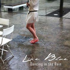 ... durch den Monsun - und das mitten in Wiesbaden! Alles eine Frage des richtigen stylings :-) #tropensommer #wiesbaden #uzurii #flipflops #woodies #dancingintherain #lookoftheday #styleoftheday #styleblogger #sommer2014
