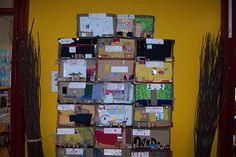 """Flat gebouw  n.a.v. het project """"wonen' ( gemaakt van kosteloos materiaal en dozen van de pakjes  schoolmelk Brainstorm, Creative Kids, Photo Wall, Holiday Decor, School, Frame, Diy, Ideas, Home Decor"""