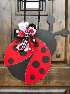 26 Easy DIY Fall Decoration for Mother's Lady Bug, Ladybug Crafts, Burlap Door Hangers, Spring Door, Wood Cutouts, Front Door Decor, Easter Wreaths, Summer Crafts, Wooden Doors