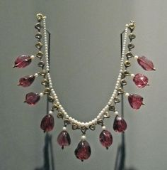 Mughal Jewelry ~ Royal and antique jewelry of North India-Mughal necklace made of gold and embellished with pearls and precious gemstones. Royal Jewelry, Gothic Jewelry, Cute Jewelry, Crystal Jewelry, Boho Jewelry, Gemstone Jewelry, Antique Jewelry, Vintage Jewelry, Jewelry Accessories