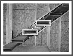 Pour un mur non banché : poutre métallique, limon support des inserts soudés, le système est  fixé sur la trémie  et au sol  avec 2 jambes anti torsion fixées au sol