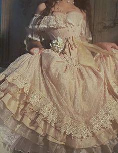 la femme dans l'art ( Vestidos Vintage, Vintage Dresses, Victorian Style Dresses, Pretty Dresses, Beautiful Dresses, Mode Outfits, Fashion Outfits, Photoshoot Fashion, Fashion Hacks