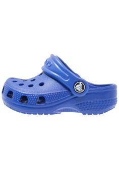 d4b756aa9 ¡Consigue este tipo de sandalias de dedo de Crocs ahora! Haz clic para ver