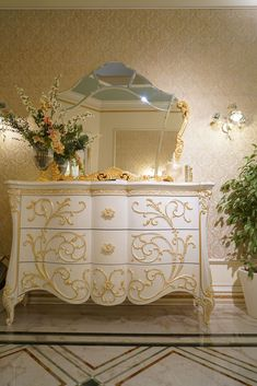 It's golden with ornate embellishments, upholstered in a beautiful silk: It's a baroque sofa. Or is it a Rococo style sofa? Both of these furniture styles Trendy Furniture, Furniture Styles, Luxury Furniture, Furniture Design, Bedroom 2018, Dream Bedroom, Bedrooms, Louis Xiv, Baroque Mirror