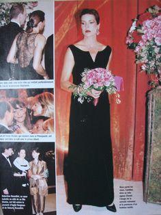 Bal 1997. La princesse Caroline qui au cours des mois précédents a perdu ses cheveux, apparaît très glamour dans une robe Chanel en velours noir.