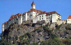 Die Riegersburg ist einmalig. Nicht nur wegen ihrer imposanten Erscheinung, ihrer langen Geschichte, ihren Museen und anderern Freizeitangeboten. Die Riegersburg ist einmalig durch die Menschen, die sie gebaut haben, die in ihr gelebt und geliebt haben, die in ihr Schutz gesucht und gefunden haben. Die Riegersburg ist einmalig durch SIE, die Menschen, die aus aller Welt zu uns kommen. Feldkirch, Graz Austria, Such Und Find, Heart Of Europe, Old Buildings, Salzburg, Alps, Places To See, The Good Place