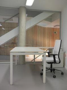 Mesa de trabajo F25 con silla Eben montada por Bigara en Potxonea kultur etxea, en Usurbil