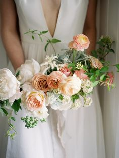 Are you thinking about having your wedding by the beach? Are you wondering the best beach wedding flowers to celebrate your union? Here are some of the best ideas for beach wedding flowers you should consider. Wedding Flower Guide, Spring Wedding Flowers, Wedding Flower Inspiration, Flower Bouquet Wedding, Floral Wedding, Wedding Colors, Wedding Ideas, Wedding Peach, Budget Wedding