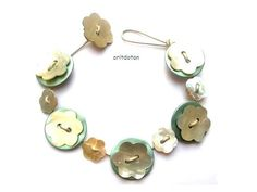 Bracelet button jewelry made of vintage flowers shell buttons and round green shell buttons