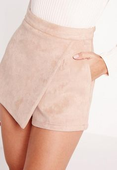 We're seriously crushin' on the skort again and this babin' bonded piece is the one! The supremely soft faux suede is heavenly and sassy skort shape has got us all obsessed. Style with a white bralet and barely there heels for new season ch. Retro Outfits, Short Outfits, Chic Outfits, Girl Outfits, Fashion Outfits, Chor, Cute Summer Outfits, Hot Pants, Skirt Fashion