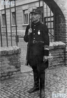 Funkcjonariusz Sonderdienstu przed posterunkiem w Lublinie. Prawdopodobnie jest to ul Zielona