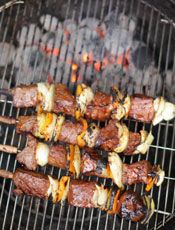 Les meilleures recettes de boeuf au barbecue Kebab Recipes, Grilling Recipes, Cooking Recipes, Popular Greek Food, Skewers, Kebabs, Barbecue Grill, Grilled Meat, Greek Recipes