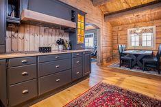 Her vises et knippe bilder av håndlaftede tømmerhytter fra Drømmehytta as. Kitchen Cabinets, Storage, Furniture, Home Decor, Kitchen Ideas, Modern, Purse Storage, Decoration Home, Room Decor