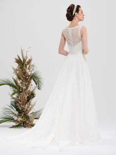 Romantisches Brautkleid mit Spitzenapplikationen auf dem Oberteil und raffinierter Rückenansicht. Wedding Dresses, Fashion, Dress Wedding, Gowns, Bride Dresses, Moda, Bridal Gowns, Fashion Styles, Weeding Dresses