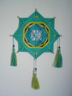 Olho-de-Deus feito com linhas de crochê 100% algodão, varetas de bambu e miçangas.
