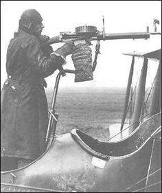 Montagem telescópica Anderson com uma Lewis em um FE.2b.