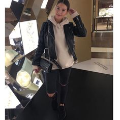 Street Style femme automne   Hiver   jean noir troué, sweat camel, veste en 2bc94d5c4991