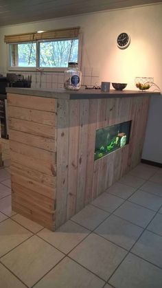 Pallet Bar with Integrated Aquarium & Wax Concrete Counter: Here is the Bar I made with reclaimed pallet wood. I integrated my aquarium and added a counter with a Wooden Pallet Bar, Outdoor Pallet Bar, Scrap Wood Projects, Diy Pallet Projects, Bar Beton, Diy Concrete Counter, Diy Bike Rack, Diy Pallet Furniture, Palette Furniture
