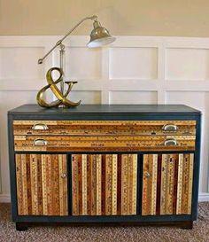 Mueble forrado con reglas de madera