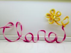 Nomes, palavras e formas moldadas feitas de tricô ou crochet com linhas de diversas cores e texturas. O valor é por letra ou forma simples (R$ 15,00 por letra) dentro do prazo. Pedidos fora do prazo podem ter acréscimo no valor.