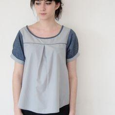 Men's shirt upcycle - da Etsy - l'abbottonatura è dietro, maniche in demim - altre foto su questo post: http://www.machemisedhomme.com/blog/non-classe/denim-sleeves/