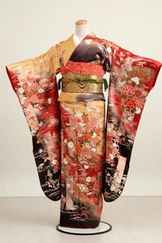 This is an example of an oriental inspired textile design. The cherry blossoms and natural designs indicates the oriental inspired patterns. The black, red, and gold color scheme is very popular in oriental design. Traditioneller Kimono, Furisode Kimono, Yukata, Japanese Outfits, Japanese Fashion, Asian Fashion, Japanese Geisha, India Fashion, Traditional Kimono