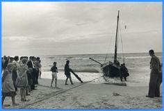 Sarkau, Fischerboot wird mit Winde an den Strand gezogen II