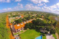 Oportunidade: São 3 casas localizadas a apenas 2 minutos andando da Praia da Espera, uma das melhores praias de Itacimirim, Bahia, Brasil.