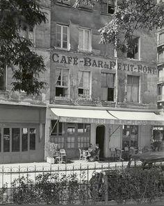 Le café-bar du Petit-Pont au coin de la rue de la Bûcherie et de la rue du Petit-Pont, en 1951. Une photo de © Todd Webb  (Paris 5ème)