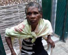 Anciana deambula frente al destacamento La 40 desde el viernes santos