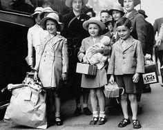World War Two UK and Commonwealth phoney war evacuees London 1939 London History, British History, Vintage London, Old London, Photos Du, Old Photos, Vintage Photographs, Vintage Photos, Phoney War